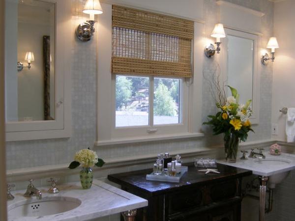interessantes-badezimmer-mit-beige-rollos-für-badfentser