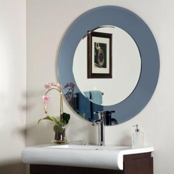 interessantes-badezimmer-mit-einem-designer-badspiegel