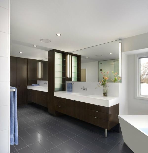 interessantes-badezimmer-mit-schönen-spiegeln