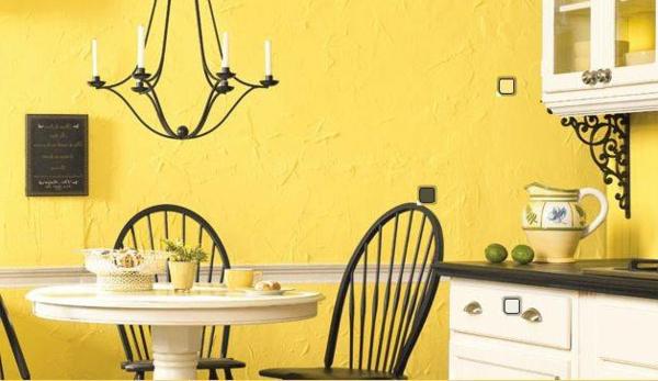 küche-mit-einem-esstisch-gelbe-wand