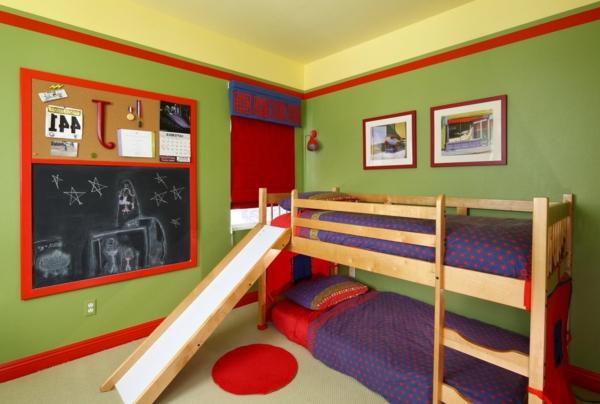 kinderzimmer-mit-hochbett-und-rutsche-grüne-wand