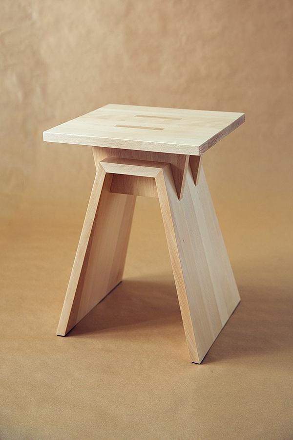 kleiner--Holzhocker-mit-schönem-Design