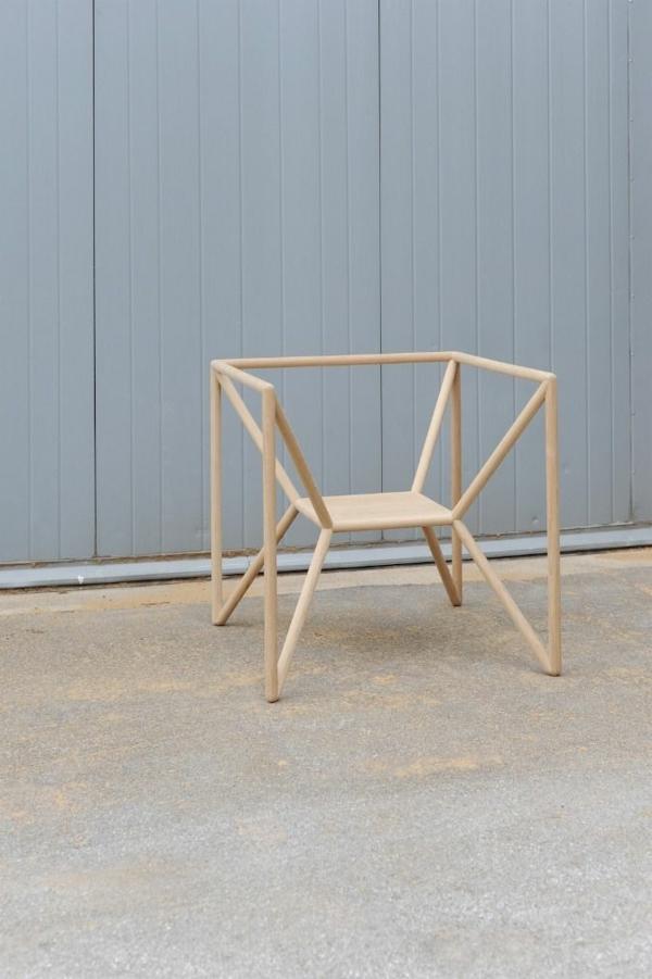 kleiner-außergewöhnlicher-Stuhl-aus-Holz-mit-tollem-Design