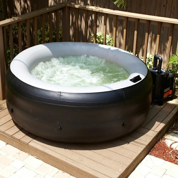 kleiner-runder-portabler-whirlpool-draußen-in-der-ecke