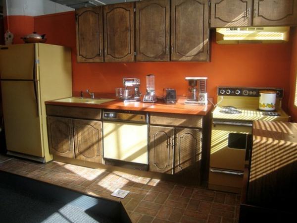 kreativ-gemachte-orange-küchen-wandfarbe