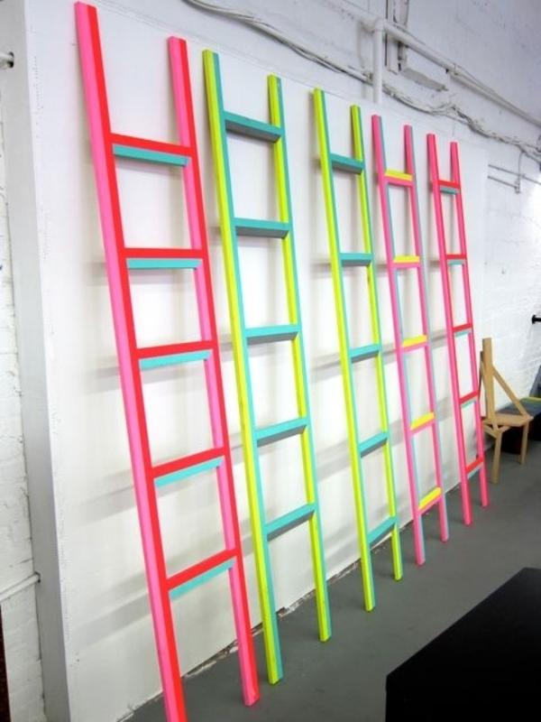 kreative-Zimmergestaltung-mit-Leitern-in-Neonfarben-