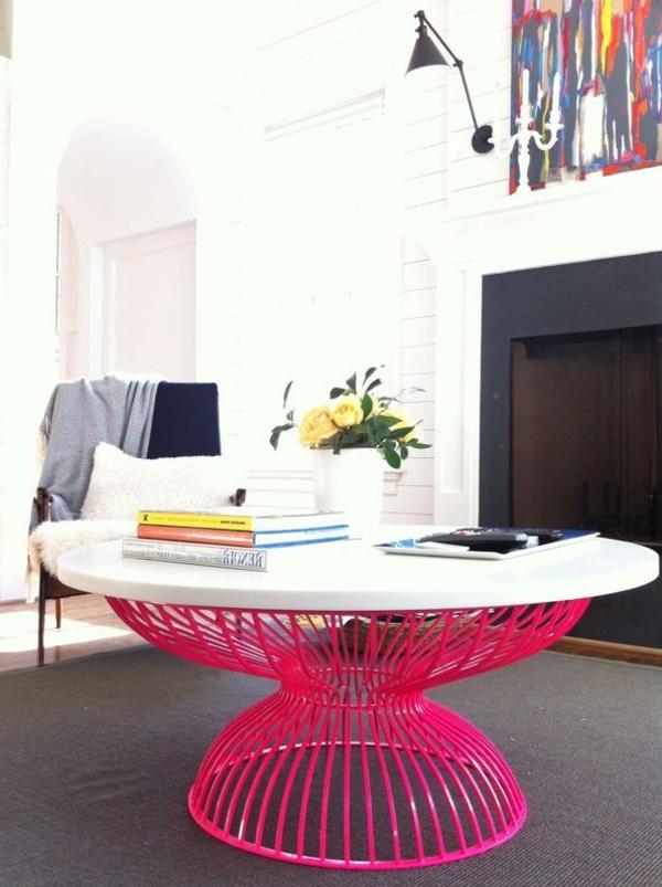 kreative-Zimmergestaltung-mit-Tisch-in-Neonfarben