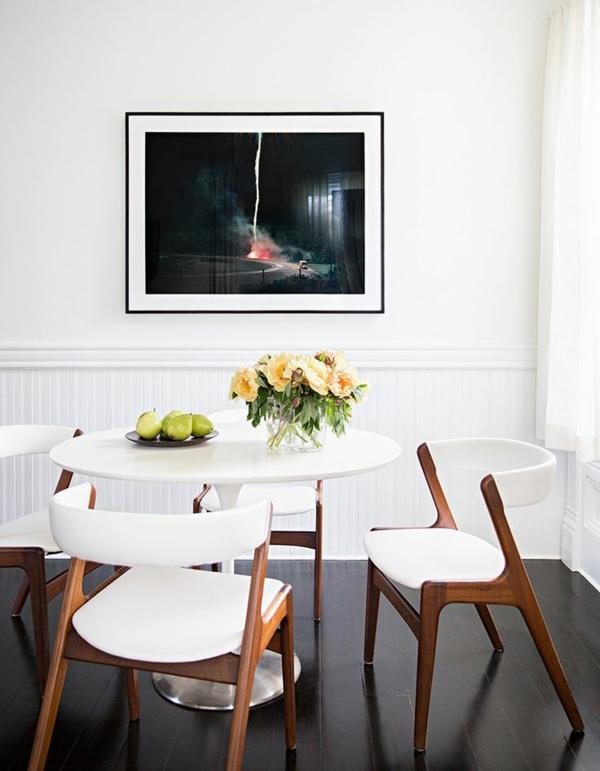 kreatives.Design-weiße.Esszimmerstühöe-weißer-Tisch-Idee