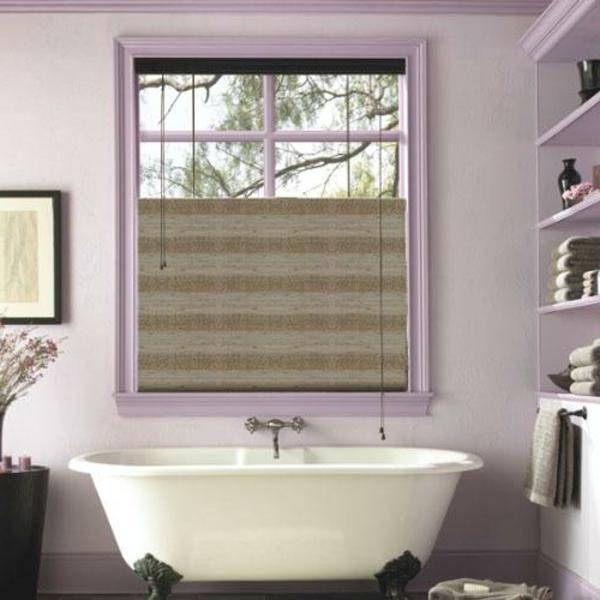 lila-badezimmer-mit-rollos-für-badfentser