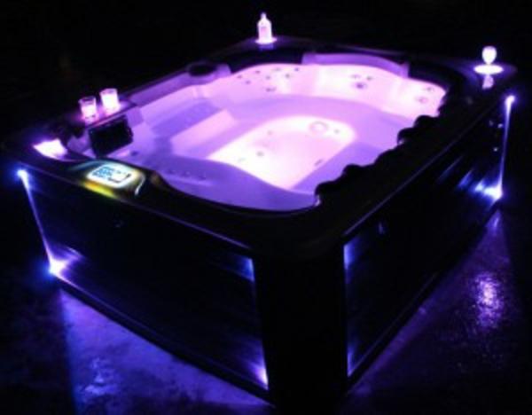 luxuriöser-portabler-whirlpool-mit-romantischer-lila-beleuchtung