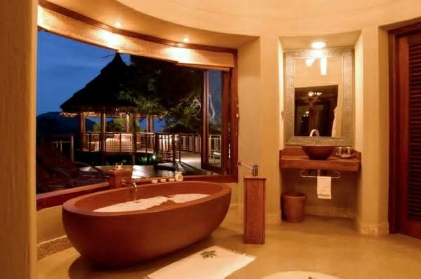 luxuriöses-bad-mit-moderner-gestaltung-portabler-whirlpool-und-gläserne-wand