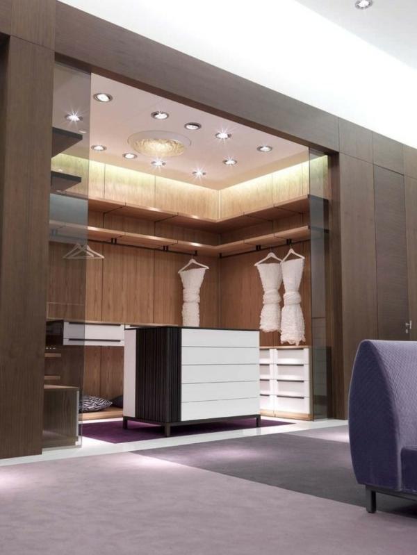 luxus-begehbarer-kleiderschrank-glasschiebetüren-holz-regalen-design