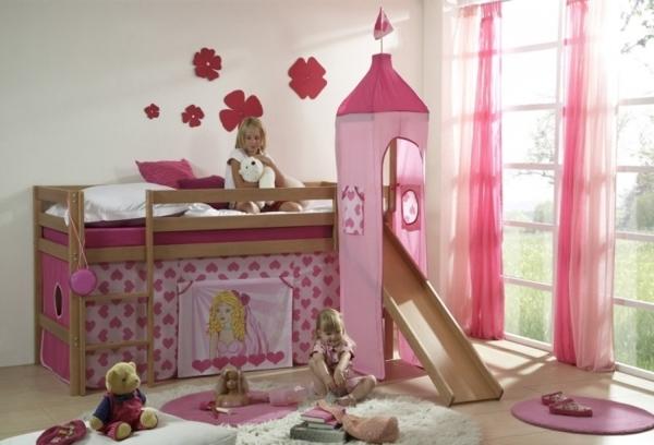 märchenhaftes-kinderzimmer-mit-hochbett-und-rutsche
