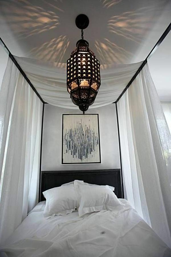 marokkanische-lampen-im-weißen-schlafzimmer