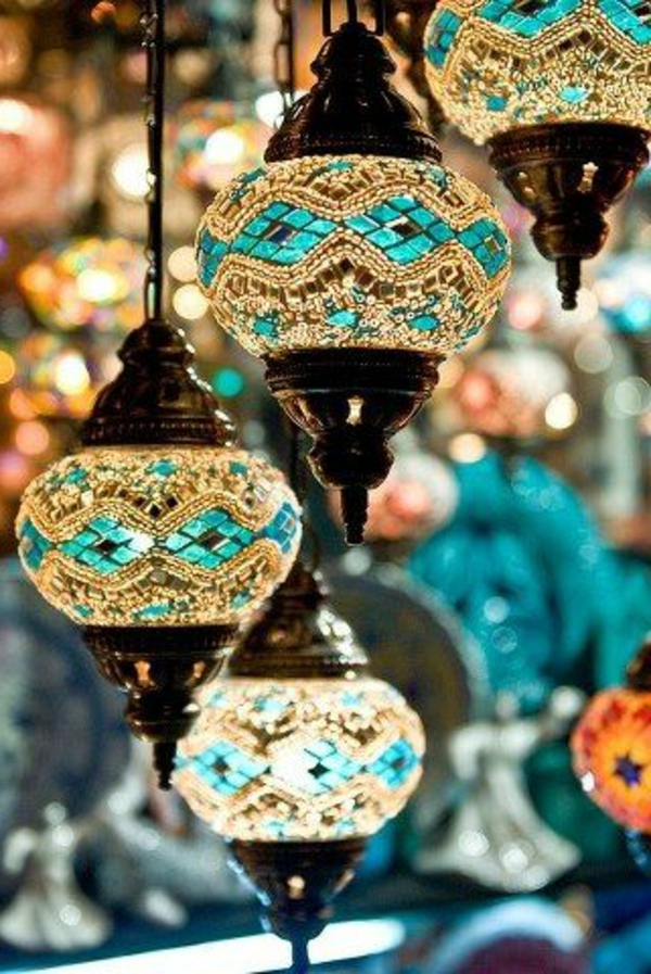 marokkanische-lampen-mit-blauen-akzenten