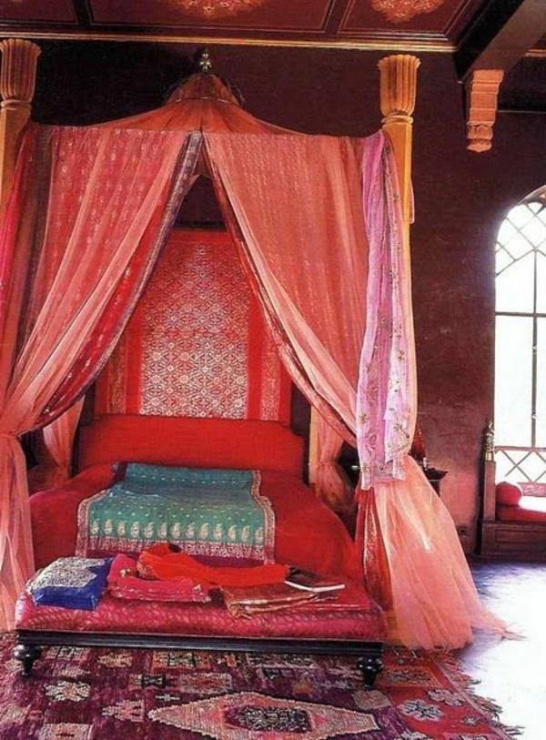 marokkanische-teppiche-bett-mit-gardinen