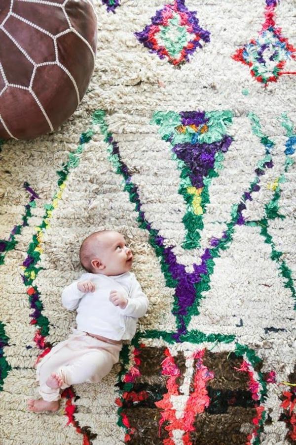 marokkanische-teppiche-ein-baby-darauf