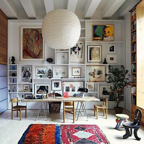marokkanische-teppiche-weiße-lampe-darüber