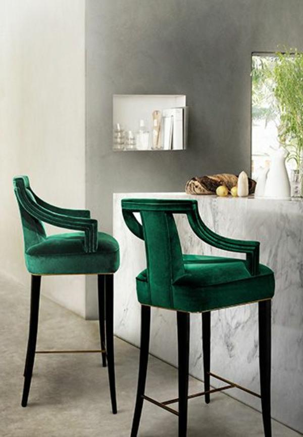 moderne-küchenmöbel-zwei-schöne-grüne-barhocker