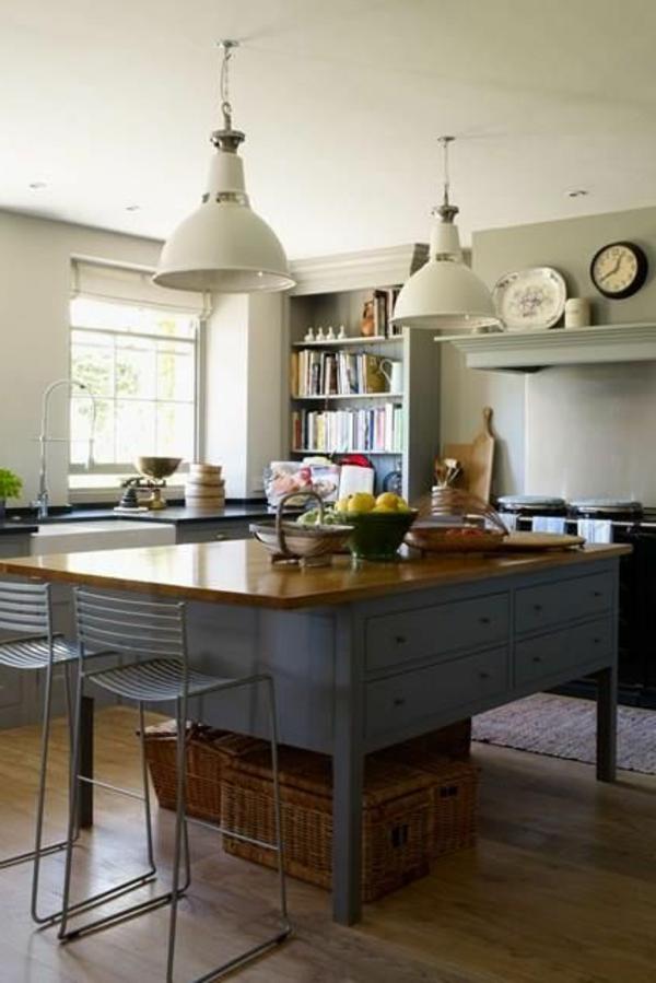 moderne-küchenmöbel-zwei -weiße-lampen-hängen-über-dem-tisch-mit-barhockern