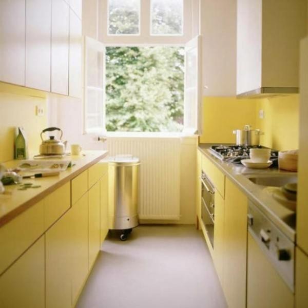 moderne-kleine-gelbe-küche - mit einem fenster