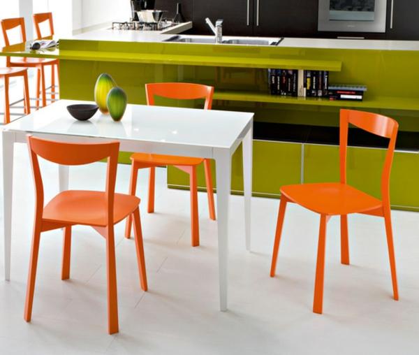 moderne_Küche-Esszimmerstühle-in.Orange-weißer-Tisch-olivgrüne-Möbel