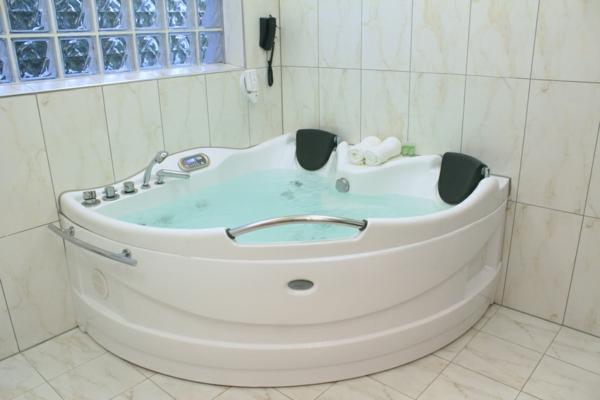 moderner-Jacuzzi-im-Badezimmer-Design-Idee