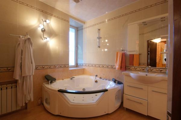 helles-badezimmer-mit-whirlwanne