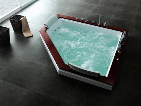 moderner-Jacuzzi-im-Badezimmer