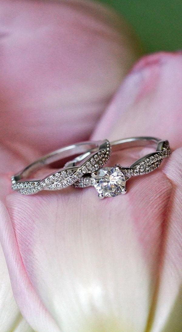 moderner-Verlobungsring-mit-Steinen