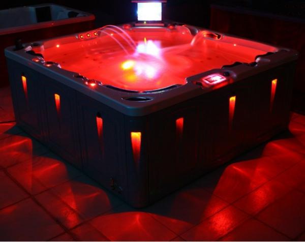 moderner-portabler-whirlpool-mit-quadratischer-form-und-roter-beleuchtung