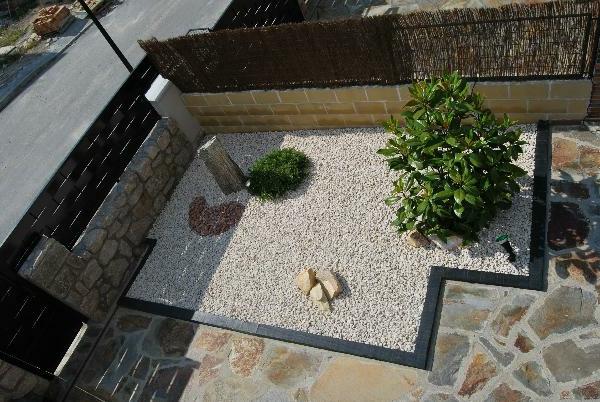 moderner-steingarten-bild-von-oben-genommen