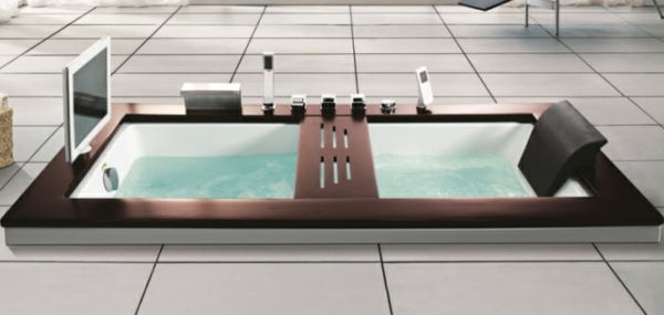 modernes-Badezimmer-mit-einer-Whirlwanne--Bildschirm
