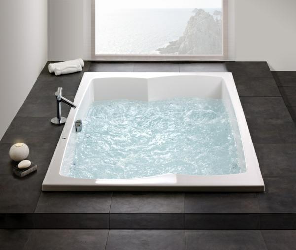 -modernes-Badezimmer-mit-einer-Whirlwanne
