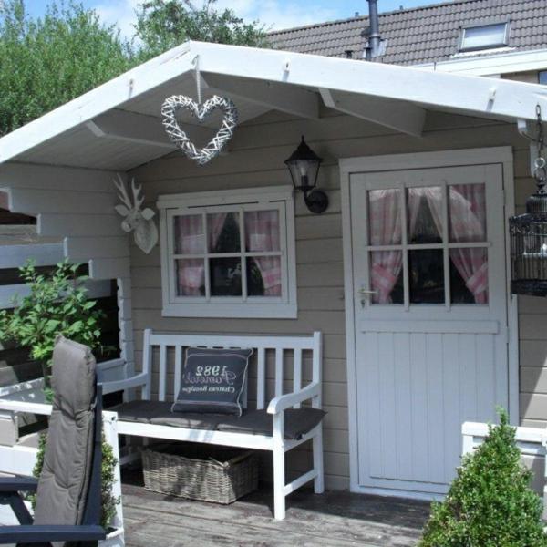modernes-Gartenhaus-in-Weiß-Deko