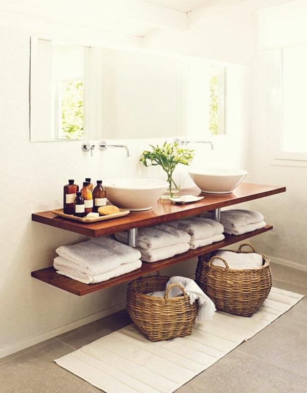 modernes-interessantes-badezimmer-mit-einem-designer-badspiegel