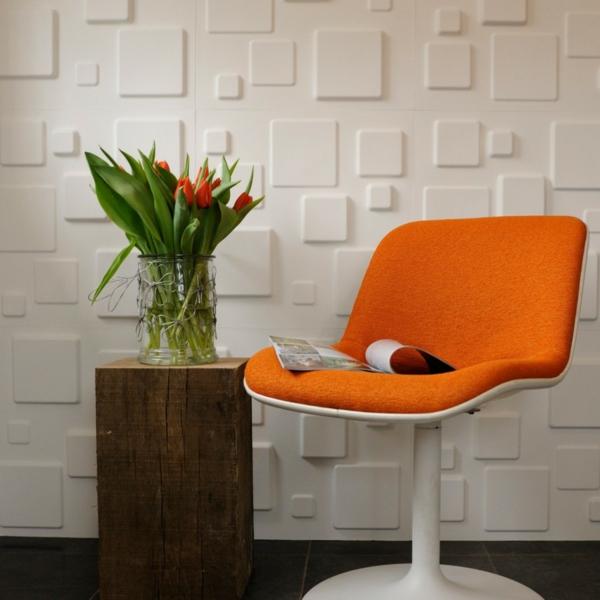 Stuhl in Orange und Blumen in einer Vase