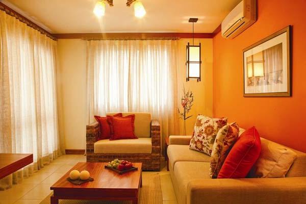 farbgestaltung wohnzimmer orange:weiße gardinen im orangen wohnzimmer ...