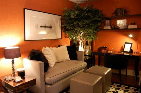 Moderne Möbelstücke und süße orange Tapete