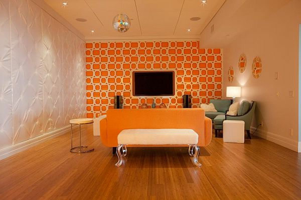 wohnzimmer orange weiß:Weißes Sofa neben der orangen Wand – ganz schick erscheinen