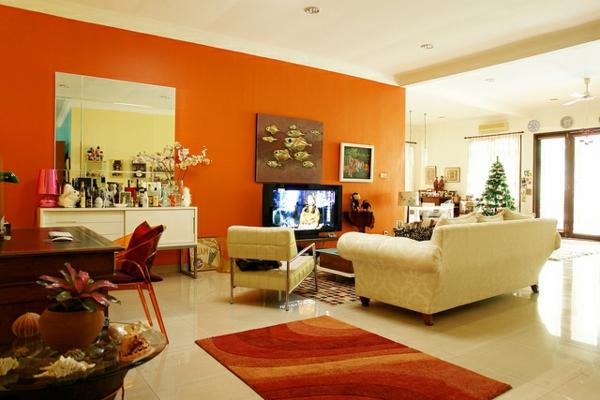 farbgestaltung wohnzimmer orange:weißes sofa neben der orangen wand ...