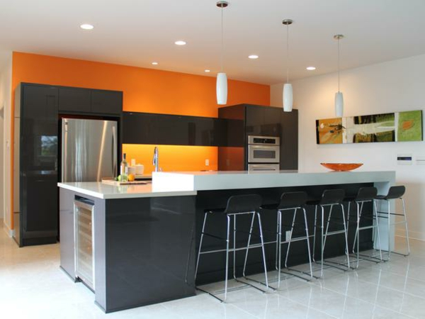 orange-küchen-wandfarbe-barhocker-und-deckenleuchten