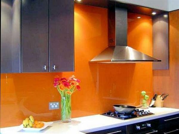 orange-küchen-wandfarbe-dunkle-schränke