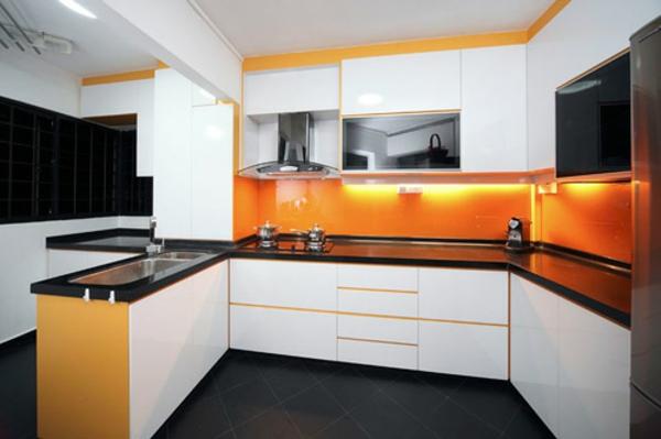 modernes design von küche - weiße schränke und orange wand