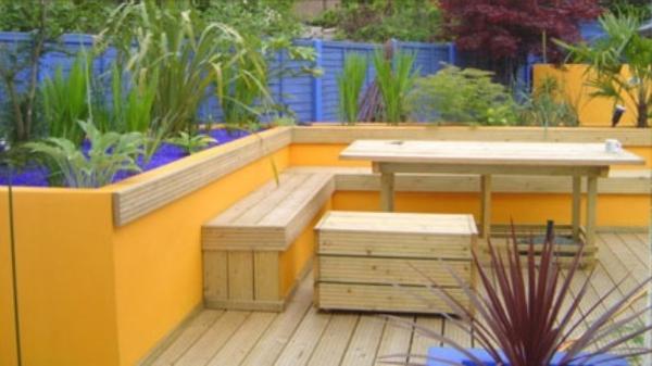 orange-terrasse-mit-hölzernen-möbeln- super cool und schön aussehen