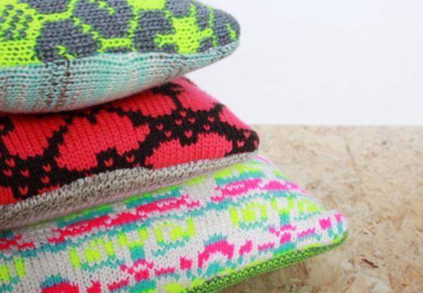originelle-Gestaltung-mit-Kissen-in-neon-Farben