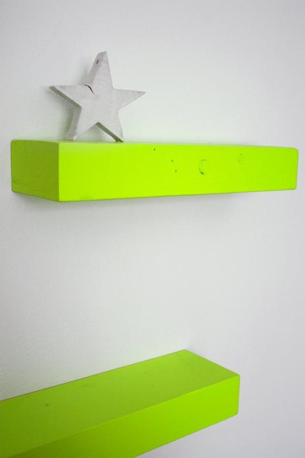 originelle-Gestaltung-mit-Regalen-in-neon-Farben