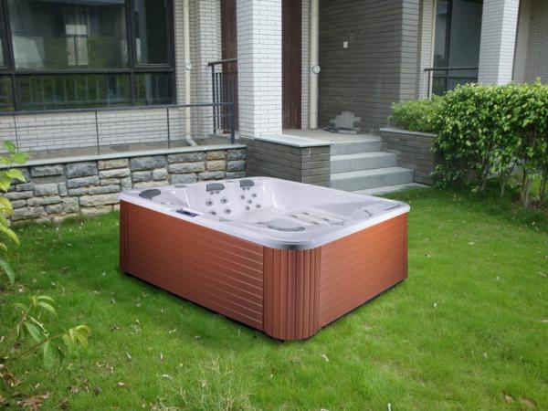 portabler-whirlpool-mit-quadratischer-form-draußen-auf-dem-gras-gestellt