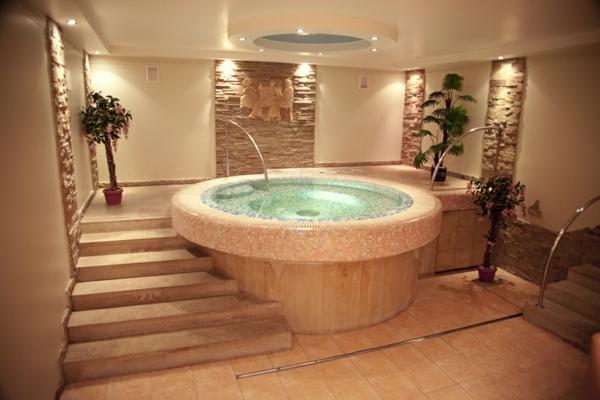runder Whirlpool im Badezimmer