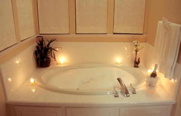 romantische-Atmosphäre-Whirlpool-Luxus-Design-für-das-Badezimmer